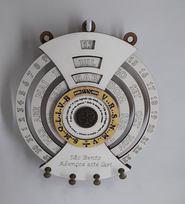 Calendário Permanente com Porta Chaves - Medalha de São Bento -