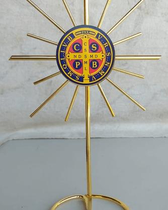 Crucifixo Metal na Base Raiado 20 cm - São Bento -
